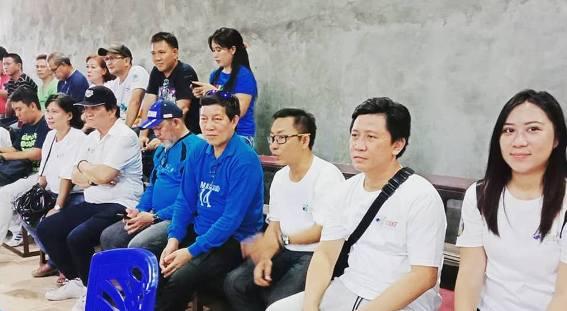 Walikota Manado GS Vicky Lumentut enjoy menyaksikan pertandingan futsal yang digelar IWO Manado.