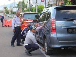 Dishub Manado kempeskan ban kendaraan parkir sembarangan di Boulevard