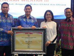 Kepala Bapelitbangda Manado dampingi Walikota GSVL terima penghargaan Manado meraih nilai BB SAKIP 2018