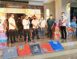 Pemkot Manado salurkan bantuan kasur dan terpal ke warga korban banjir dan longsor