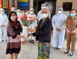 """Jelang HUT Sulut, isteri Gubernur Pertama Sulut ini berikan """"Bunga Cinta"""" kepada para Nakes"""